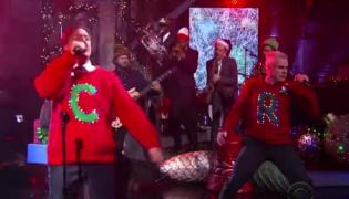 Henry Rollins w świątecznym nastroju i swetrze