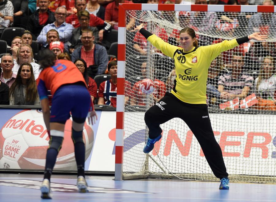 Stojąca w bramce reprezentacji Polski Anna Wysokińska (P) i wykonjąca rzut karny Rumunka Cristina Neagu (L) w meczu o 3. miejsce mistrzostw świata piłkarek ręcznych w duńskim Herning