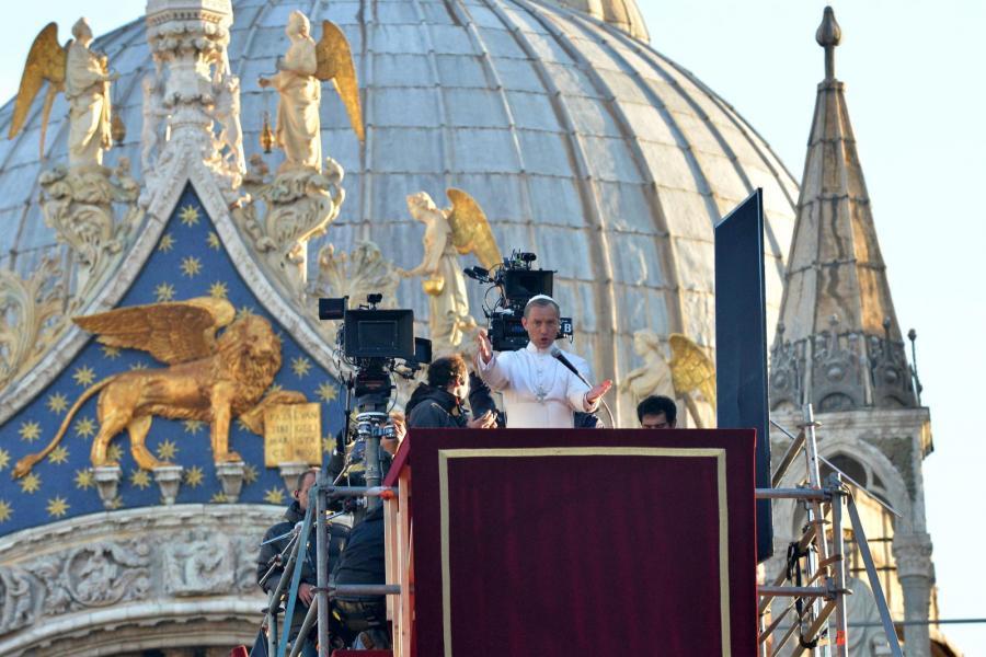 """Jude Law papieżem na planie serialu """"The young pope"""""""