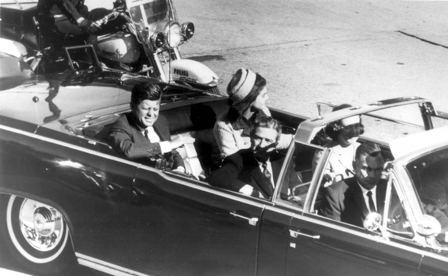 Prezydent USA John Fitgerald Kennedy z małżonką Jacqueline w Dallas, na chwilę przed zamachem