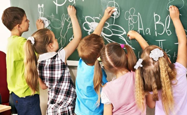Dzieci w szkole przy tablicy