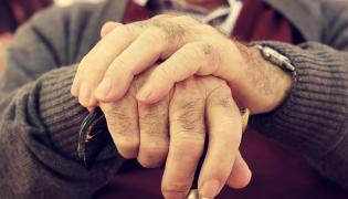 Ręcę mężczyzny z laską