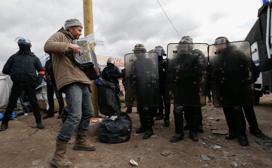 Ewakuacja części nielegalnego obozu dla uchodźców
