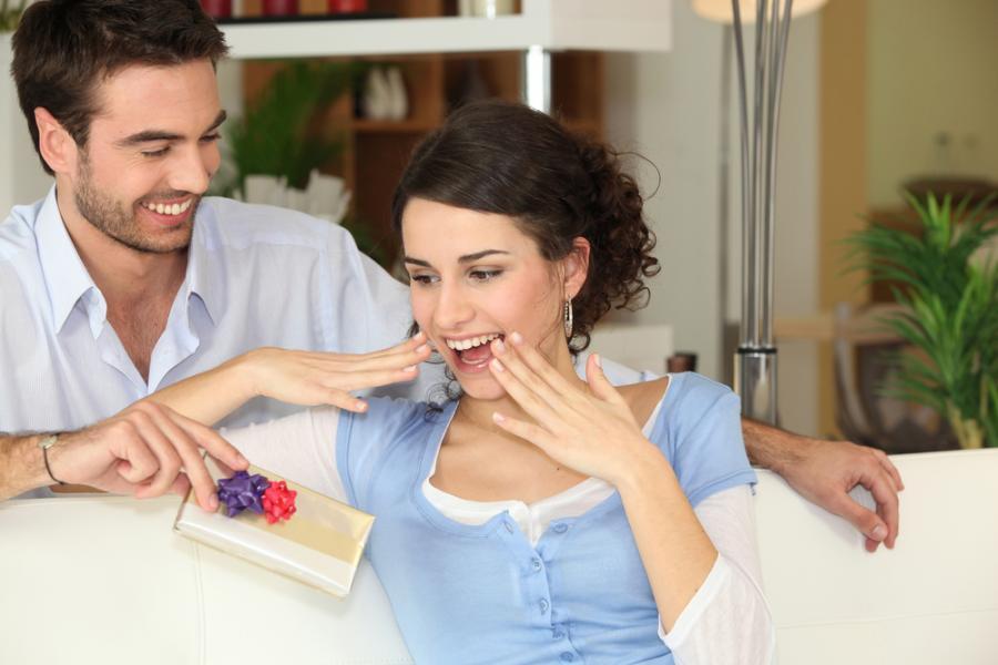 Kobieta otrzymuje prezent od mężczyzny