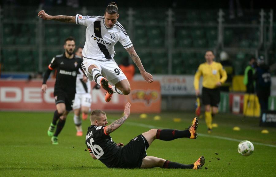 Zawodnik Legii Warszawa Aleksandar Prijovic (wyżej) walczy o piłkę z Adamem Danchem z Górnika Zabrze podczas meczu polskiej Ekstraklasy