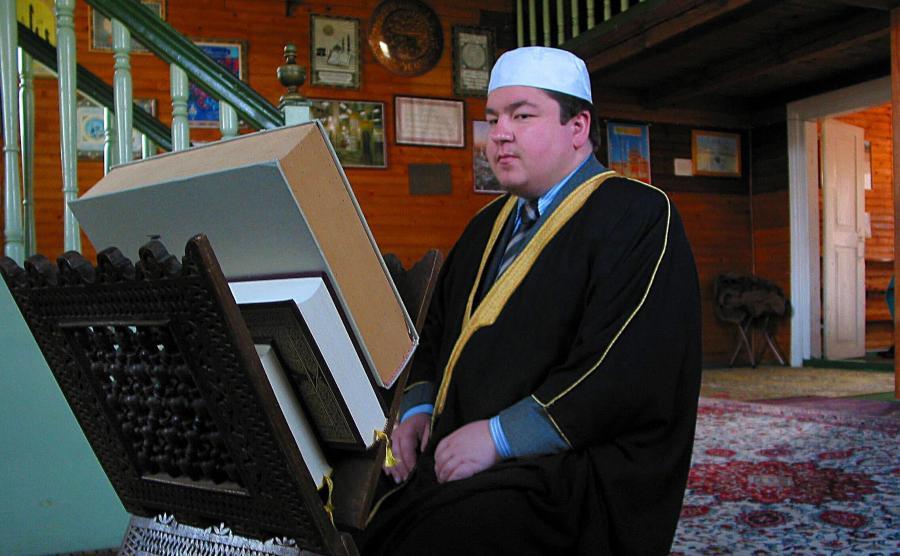 Mufti Tomasz Miśkiewicz w meczecie w Bohonikach