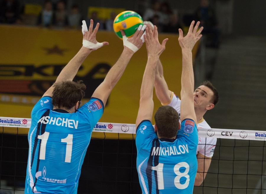 Zawodnik PGE Skry Bełchatów Mariusz Wlazły (P) oraz Andrey Ashchev (L) i Maxim Mikhailov (C) z Zenitu Kazań, podczas meczu siatkarskiej Ligi Mistrzów