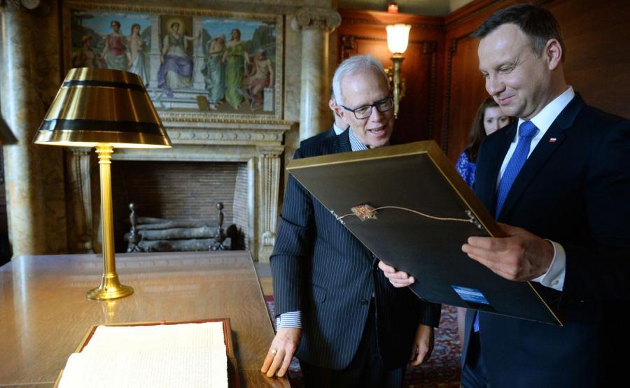 Prezydent RP Andrzej Duda (P) w towarzystwie jednego z dyrektorów biblioteki Roberta Newlena (2P), podczas wizyty w Bibliotece Kongresu USA w Waszyngtonie