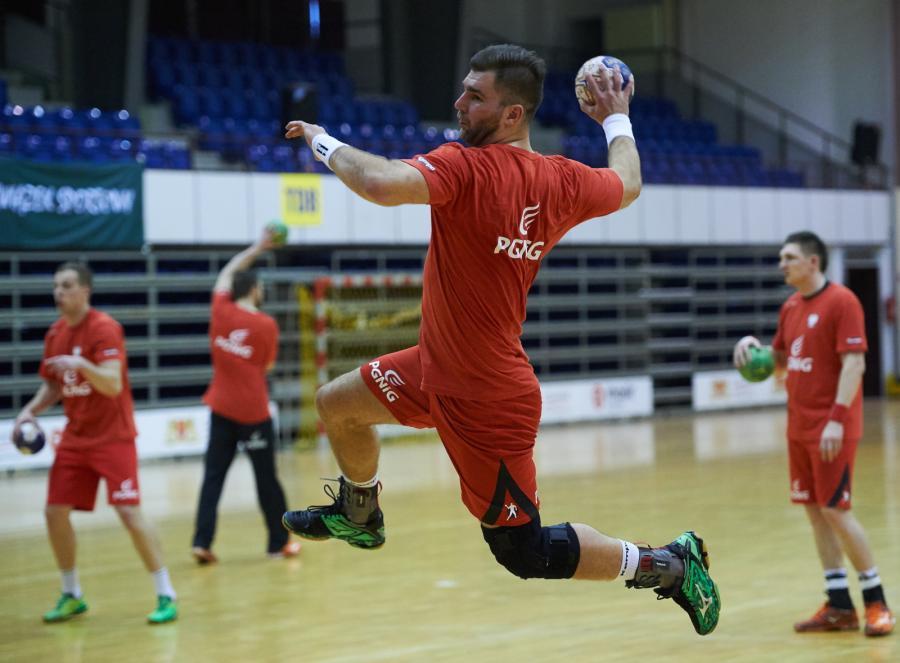 Mateusz Kuś (C) podczas treningu reprezentacji Polski