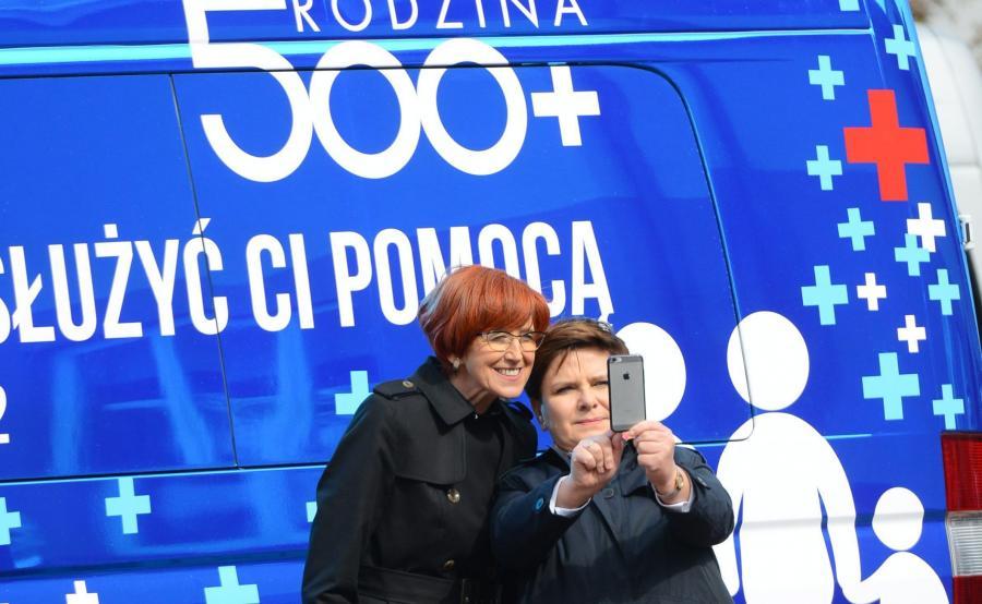 Minister Elżbieta Rafalska i premier Beata Szydło robią sobie \