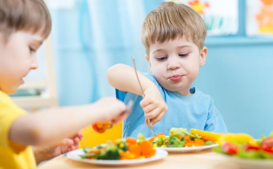 Dzieci jedzą warzywa