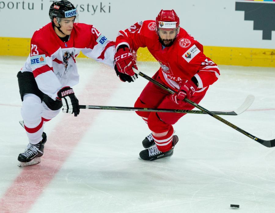 Mikołaj Łopuski (P) i Austriak Lukas Haudum (L) podczas meczu Mistrzostw Świata Dywizji 1A w hokeju na lodzie, rozgrywanych w katowckim Spodku