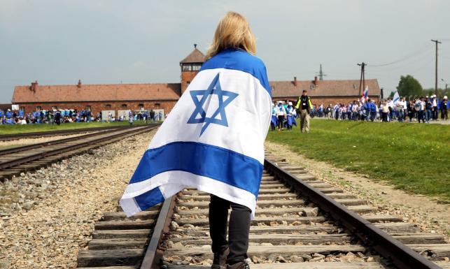 Z obozu do obozu. Kilka tysięcy Żydów i Polaków przeszło w Marszu Żywych w Oświęcimiu [GALERIA]