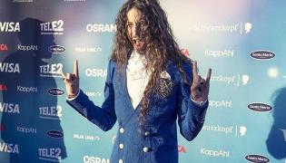 Michał Szpak w stroju przygotowanym przez markę Greed według jego pomysłu z pomocą polskiej projektantki Justyny Bulińskiej