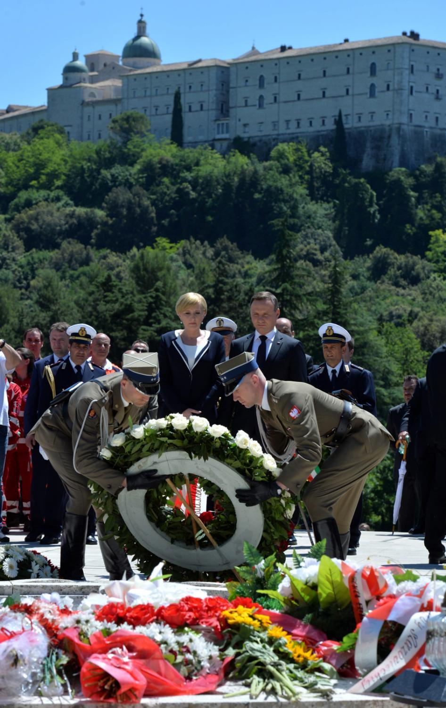 Prezydent Andrzej Duda z żoną Agatą składają wieniec podczas uroczystości upamiętniających 72. rocznicę zakończenia bitwy o Monte Cassino