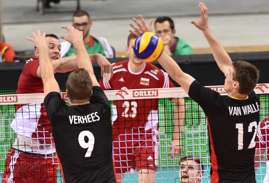 Bartosz Kurek (L) oraz Belgowie Peter Verhees (2-L) i Gert van Walle (P)podczas meczu XIV Memoriału Huberta Jerzego Wagnera w Tauron Arenie Kraków