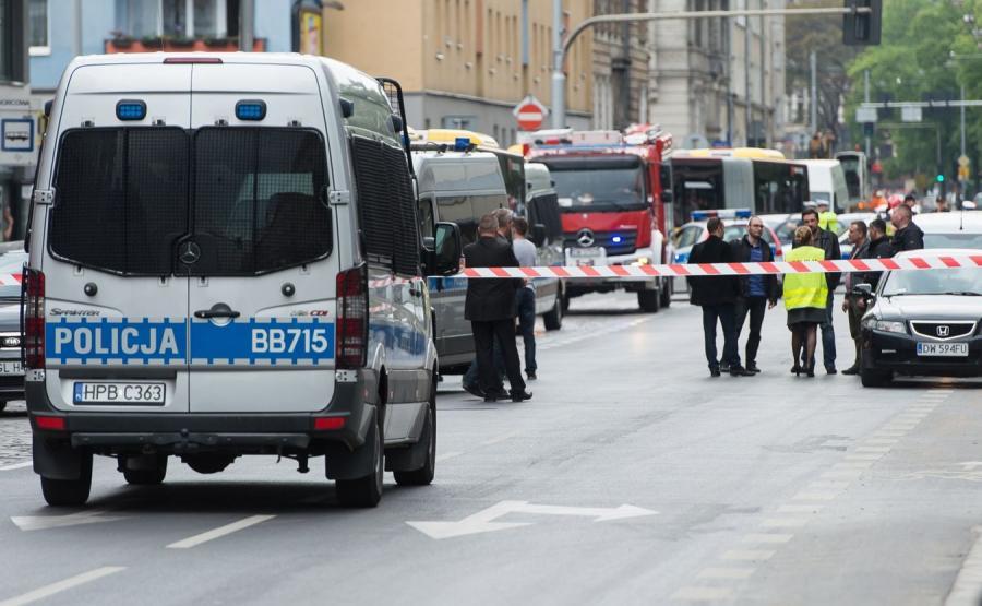 Policja i straż pożarna przy przystanku na ulicy Kościuszki we Wrocławiu