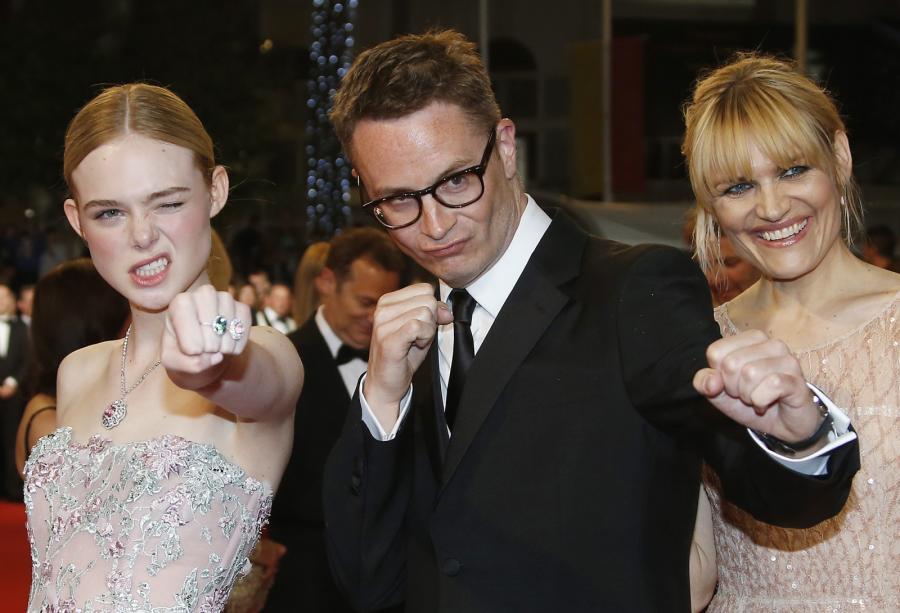 Elle Fanning, reżyser Nicolas Winding Refn i jego żona Liv Corfixen w bojowych nastrojach