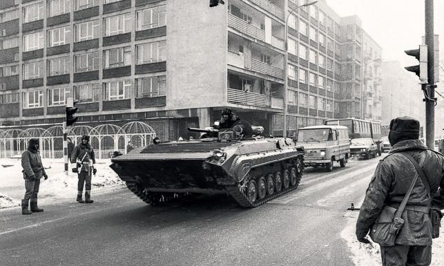 Agonia komunizmu na ARCHIWALNYCH ZDJĘCIACH. Stłamszona szara Warszawa, czołgi, milicja...