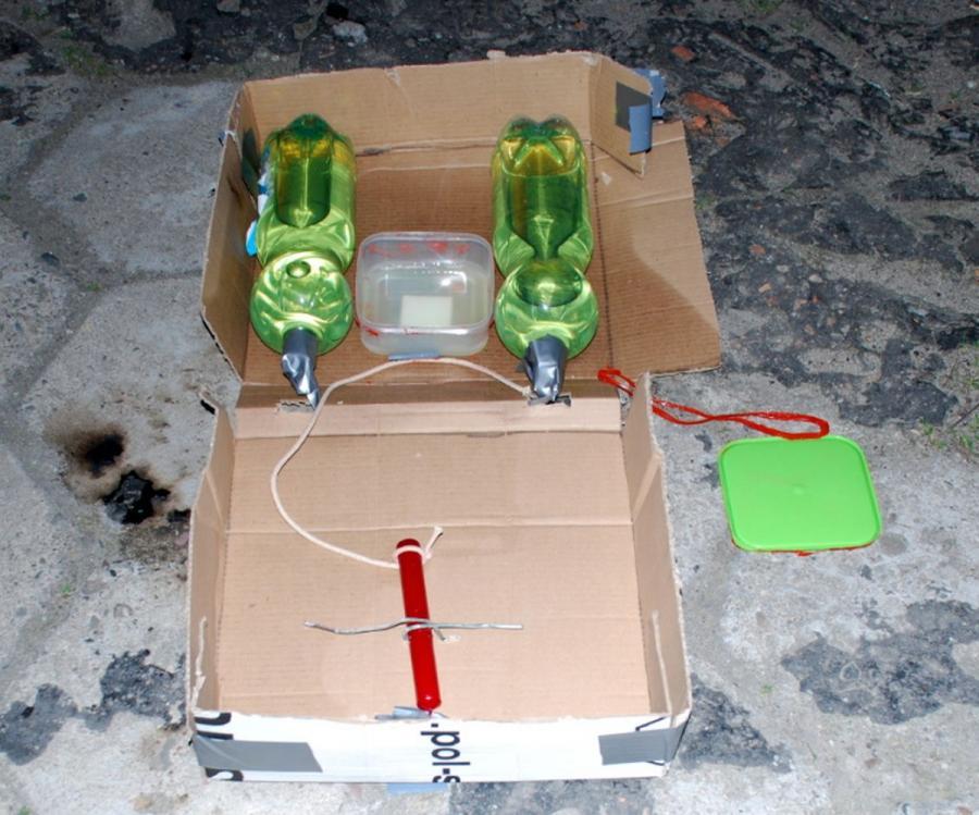 Jeden z ładunków wybuchowych podłożonych pod radiowozami