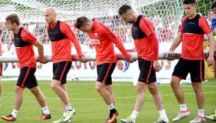Karol Linetty, Michał Pazdan, Piotr Zieliński, Jakub Wawrzyniak i Mariusz Stępiński przenoszą bramkę, podczas treningu na boisku w ośrodku wypoczynkowym w Arłamowie