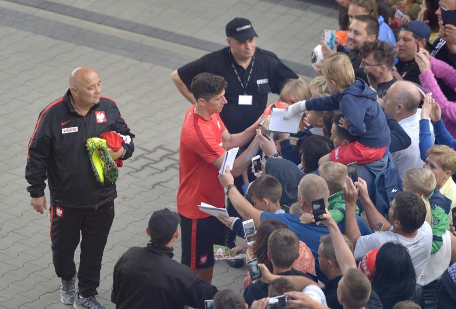 Robert Lewandowski rozdaje autografy