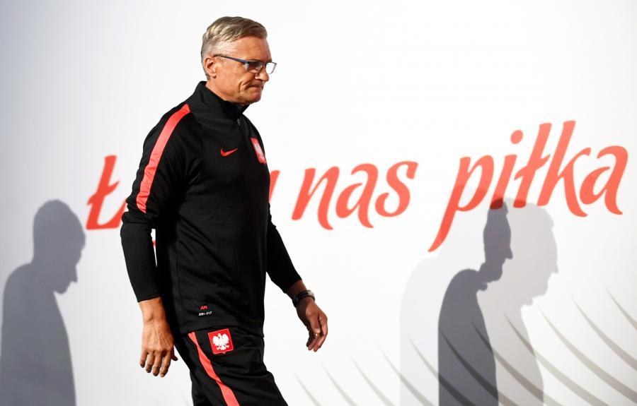Selekcjoner piłkarskiej reprezentacji Polski Adam Nawałka przed pierwszą konferencją prasową w centrum medialnym kadry na boisku treningowym we francuskim La Baule