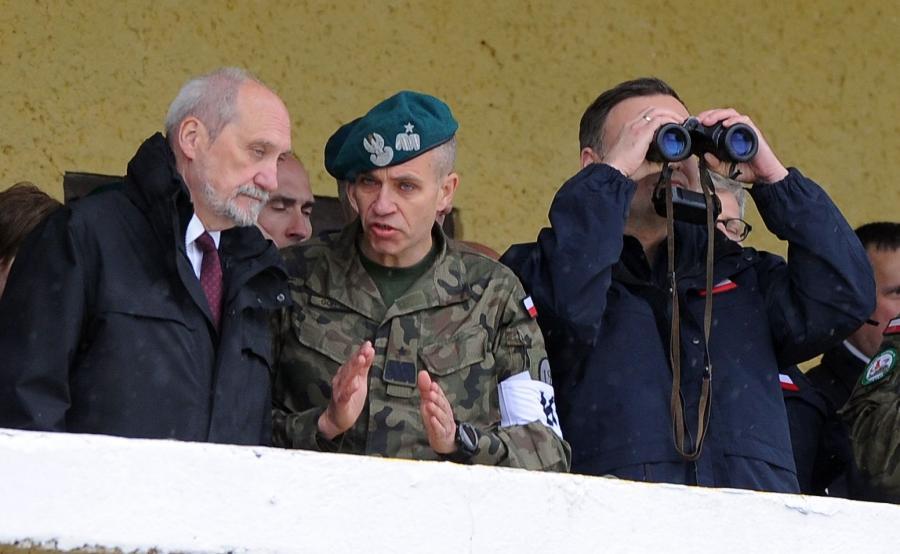 Prezydent Andrzej Duda (P), minister obrony narodowej Antoni Macierewicz (L) i gen. bryg. Dariusz Górniak (C), obserwują ćwiczenia Anakonda-16