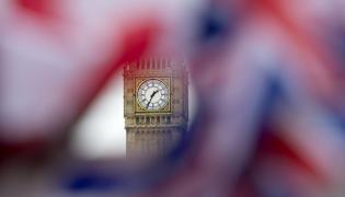 Big Ben widziany przez brytyjską flagę