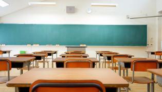 Ławki w klasie szkolnej