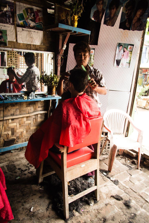 """U birmańskiego fryzjera; fot. T. Bogusz / """"Pirania na kolację"""""""