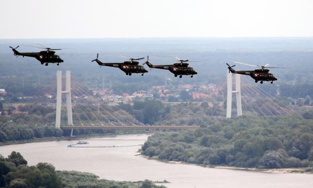 Uroczysta defilada w strugach deszczu. Samoloty, helikoptery, czołgi polskie i amerykańskie... [ZDJĘCIA]