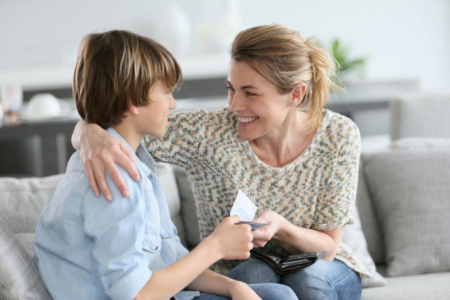 Matka daje pieniądze synowi