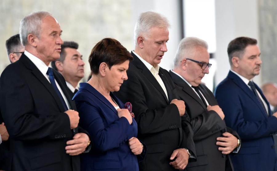 Premier Beata Szydło (2L), minister energii Krzysztof Tchórzewski (L), szef śląsko-dąbrowskiej Solidarności Dominik Kolorz (3L), przewodniczący NSZZ \