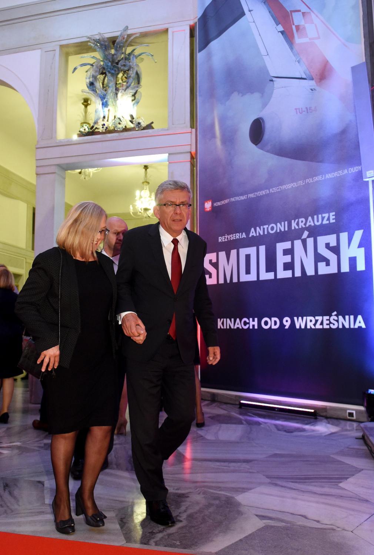 """Marszałek Senatu Stanisław Karczewski z żoną Elizą przed uroczystą premierą filmu """"Smoleńsk"""""""
