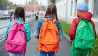 Dzieci wracają ze szkoły