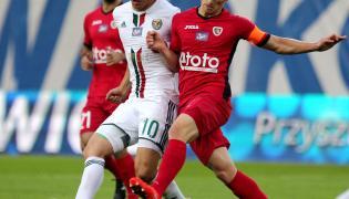 Piłkarz Piasta Gliwice Radosław Murawski (P) i Ryota Morioka (L) ze Śląska Wrocław