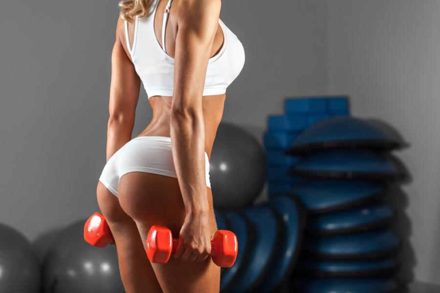 Seksowna kobieta na siłowni