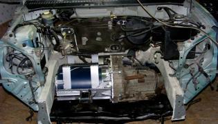 Krzysztof Przybek z Poznania sam buduje auto na prąd elektryczny