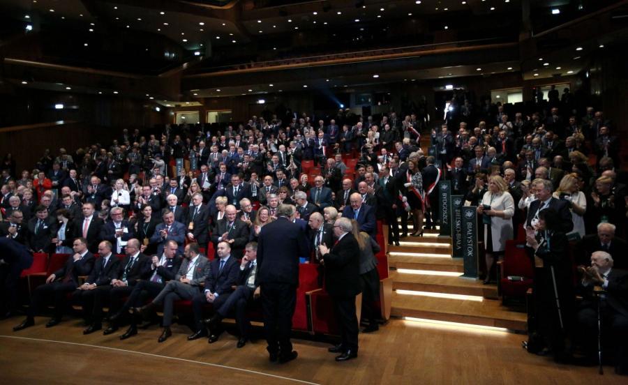 Owacje na stojaco, którymi przywitano prezesa TK Andrzej Rzeplińskiego