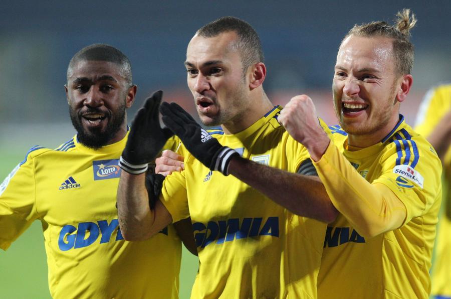 Zawodnicy Arki Gdynia (od lewej): Yannick Sambea, Marcus Vinicius da Silva i Dominik Hofbauer cieszą się ze zdobycia bramki