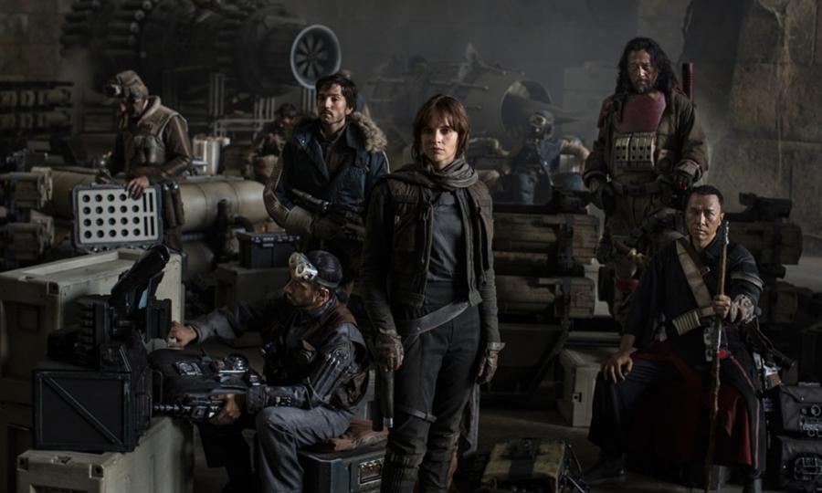 """Tu nie ma żadnych Jedi! Zapomnijcie. Mocy tu nie będzie, a bohaterowie - jak to nakazuje obowiązujący od dekady trend w tej części kina, która produkuje """"bajki dla dorosłych"""" - bardzo ludzcy. Mimo, że ludźmi być nie muszą."""