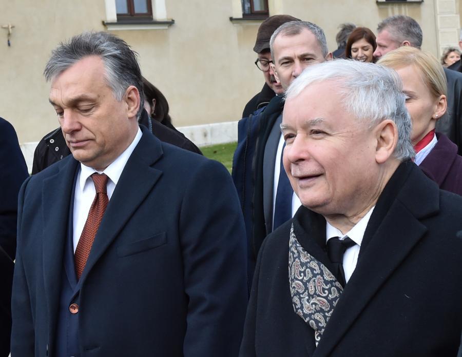 Premier Węgier Viktor Orban (L) i prezes PiS Jarosław Kaczyński (P) po wyjściu z krypty pod Wieżą Srebrnych Dzwonów na Wawelu, gdzie złożyli kwiaty na grobie Lecha i Marii Kaczyńskich