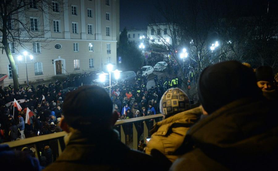 Demonstracja i wyjazd posłów PiS z Sejmu