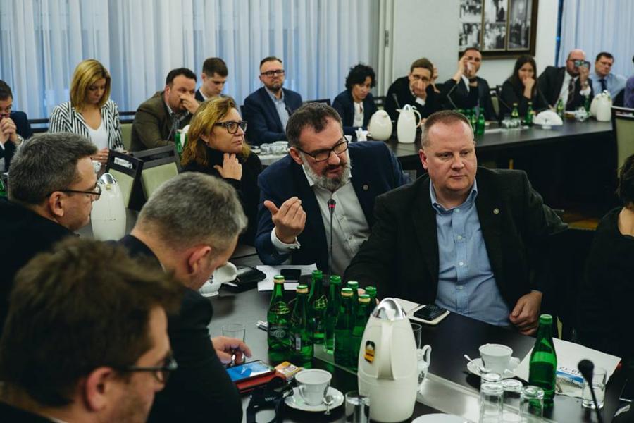 Dziennikarze na spotkaniu z marszałkiem Senatu Stanisławem Karczewskim. Na zdjęciu (mówi) Jarosław Włodarczyk z Press Club Polska