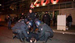 Niemiecka policja zatrzymuje mężczyznę protestującego przed siedzibą partii CDU