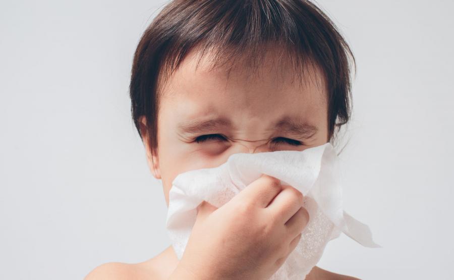 Dziecko oczyszcza nos
